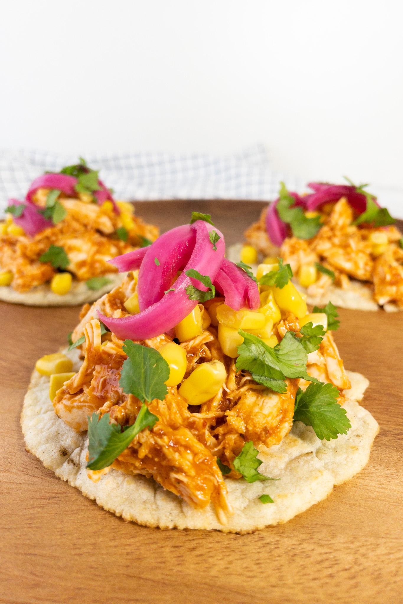 Mexicaanse taco's met kip, rode simpele enchilada saus, rode ingelegde ui en koriander