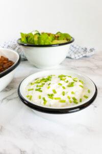 Mexicaans recept Chili sin Carne, je ziet de saus met daarachter de salade.
