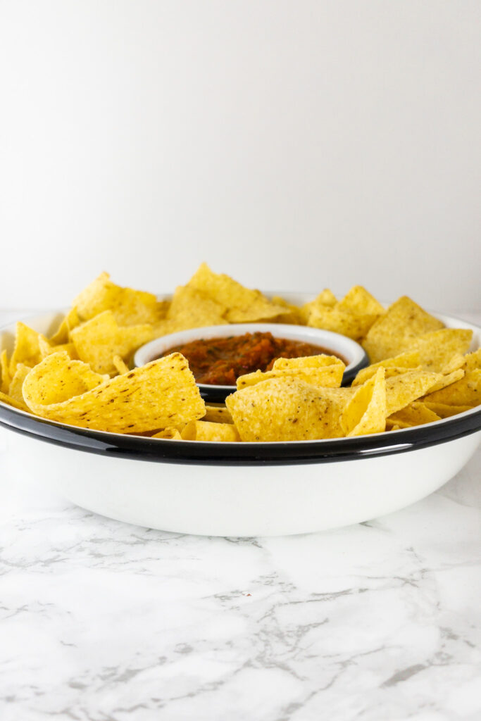Mexicaans recept zelfgemaakte rode salsa met nacho's